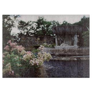 Jardín ornamental, rosas y una fuente tablas de cortar