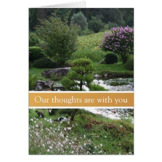 Jardín pacífico con la tarjeta de condolencia de