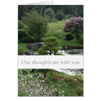 Jardín pacífico con la tarjeta de las condolencias