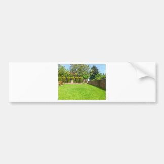 Jardín pintoresco del verano etiqueta de parachoque