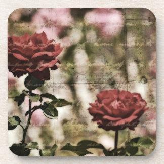 Jardín romántico de los rosas rojos posavasos de bebida
