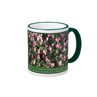 Jardín rosado bonito del tulipán tazas de café