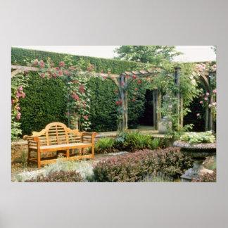 Jardín Seat rosado en pérgola color de rosa, con e Póster