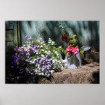 Jardín viejo con las flores posters