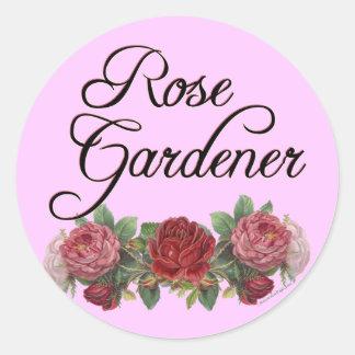 Jardinero color de rosa que dice con los pegatinas pegatina redonda