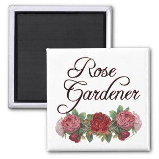 Jardinero color de rosa que dice con los rosas imán cuadrado