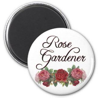 Jardinero color de rosa que dice con los rosas imán redondo 5 cm