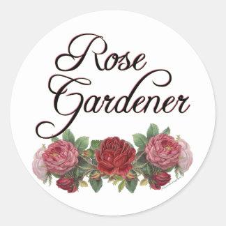 Jardinero color de rosa que dice con los rosas pegatina redonda