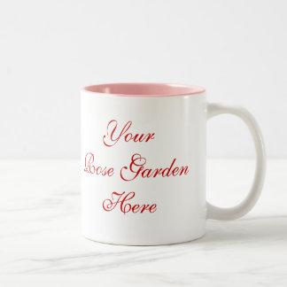 Jardinero color de rosa que dice con los rosas taza de café de dos colores