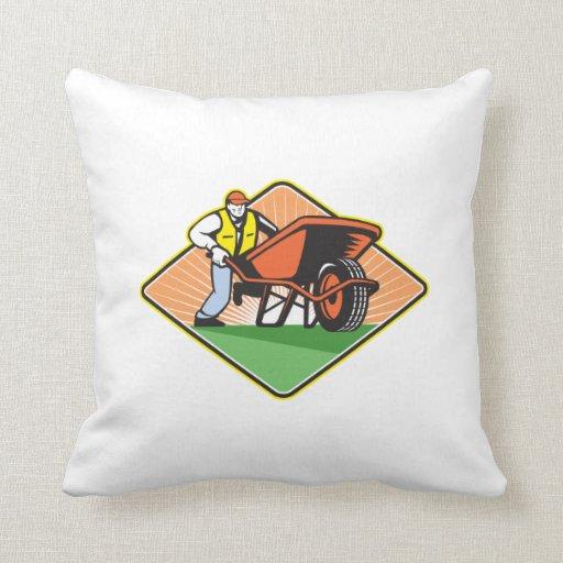 Jardinero que empuja la carretilla retra almohadas