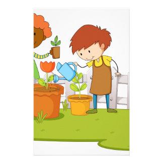 Jardineros que plantan el árbol y la flor en papelería