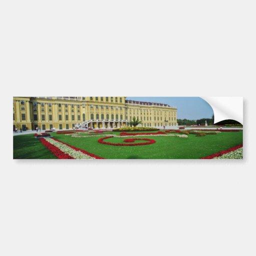 Jardines formales rojos en la entrada a Schonbrunn Etiqueta De Parachoque
