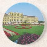 Jardines formales rojos en la entrada a Schonbrunn Posavasos Cerveza