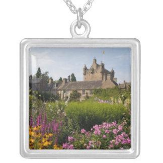 Jardines hermosos y castillo famoso adentro colgante cuadrado