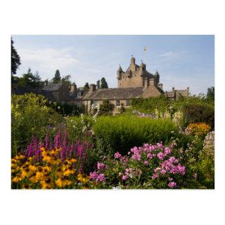 Jardines hermosos y castillo famoso adentro tarjeta postal