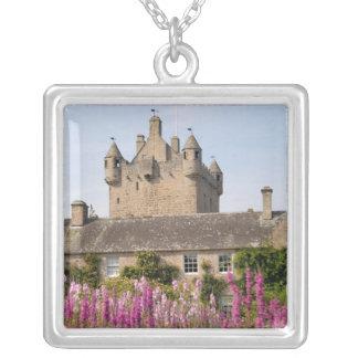 Jardines hermosos y castillo famoso en Escocia 2 Colgante Cuadrado