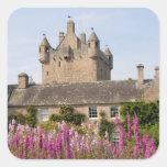 Jardines hermosos y castillo famoso en Escocia 2 Pegatina Cuadrada