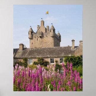 Jardines hermosos y castillo famoso en Escocia 2 Póster