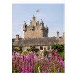 Jardines hermosos y castillo famoso en Escocia 2 Postal