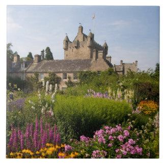 Jardines hermosos y castillo famoso en Escocia Azulejo Cuadrado Grande