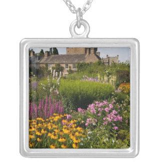 Jardines hermosos y castillo famoso en Escocia Joyeria