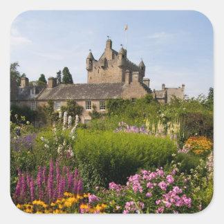 Jardines hermosos y castillo famoso en Escocia Pegatina Cuadrada