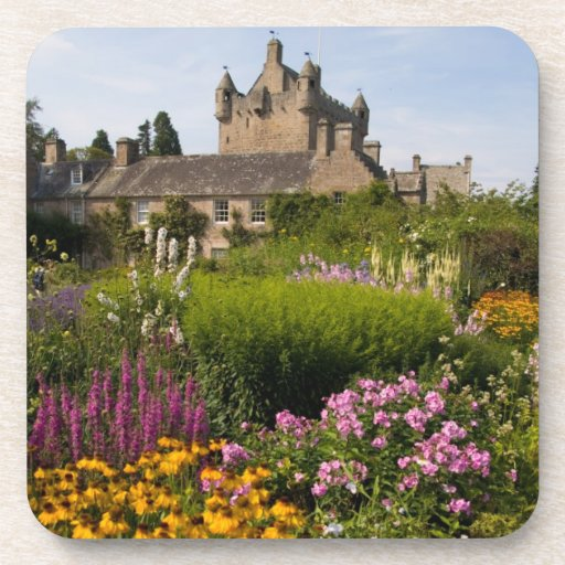 Jardines hermosos y castillo famoso en Escocia Posavasos