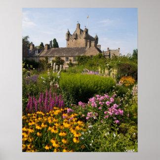 Jardines hermosos y castillo famoso en Escocia Póster