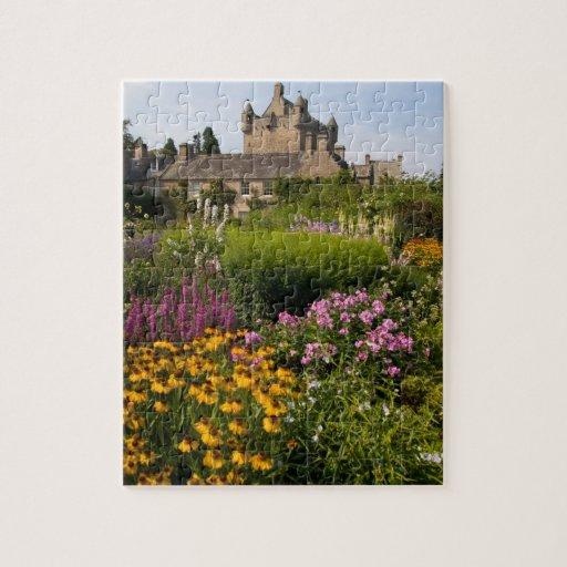 Jardines hermosos y castillo famoso en Escocia Puzzles Con Fotos