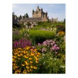 Jardines hermosos y castillo famoso en Escocia Postal