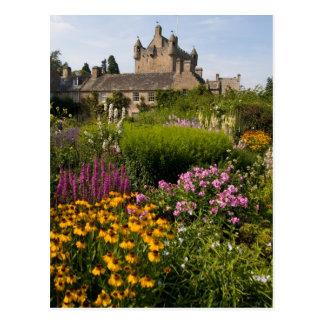 Jardines hermosos y castillo famoso en Escocia Tarjeta Postal
