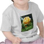 Jardines - rosa amarillo y brotes camisetas
