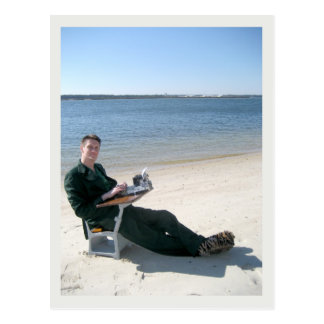 Jarod Kintz en un escritorio en la playa Tarjeta Postal