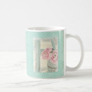 Jarra elegante lamentable de flores rosadas taza clásica