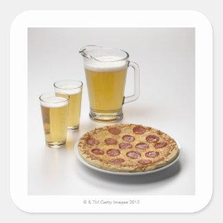 Jarra y dos pintas de cerveza al lado de los pegatina cuadrada