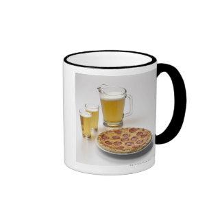 Jarra y dos pintas de cerveza al lado de los taza de dos colores
