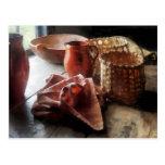 Jarras, cuenco y cestas de la arcilla postal