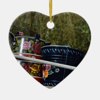 Jarro y cubo pintados adorno navideño de cerámica en forma de corazón