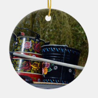 Jarro y cubo pintados adorno navideño redondo de cerámica