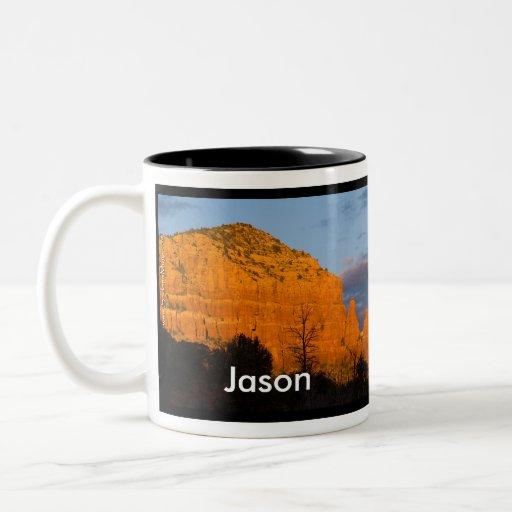 Jason en la taza roja de la roca de la salida de l