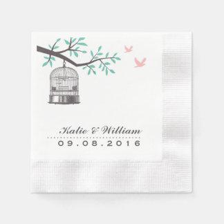 Jaula de pájaros rústica y paloma que casan las servilletas de papel