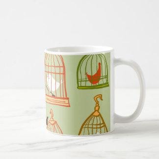 Jaulas de pájaros en verde taza clásica