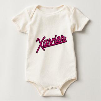 Javier en magenta traje de bebé
