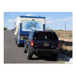Jeep azul de la obra clásica rv Motorhome del Tarjetas Postales