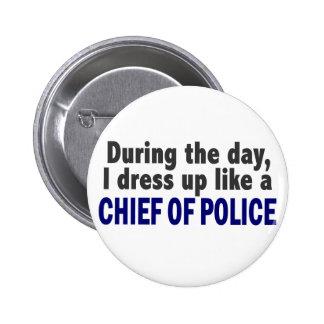 Jefe de policía durante el día pin redondo de 2 pulgadas