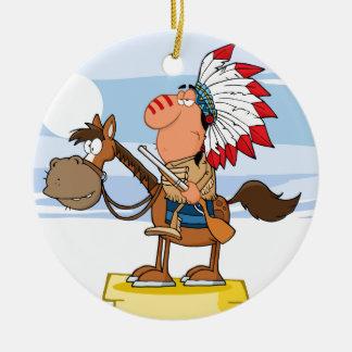 Jefe indio con el arma en caballo adorno navideño redondo de cerámica