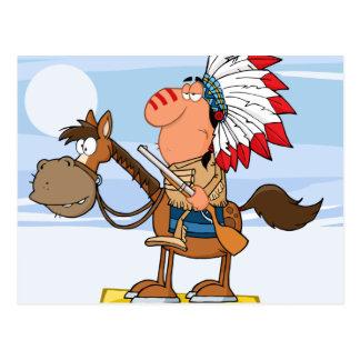Jefe indio con el arma en caballo postal