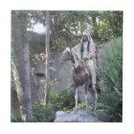 Jefe indio del nativo americano con el caballo teja cerámica
