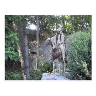 Jefe indio del nativo americano con el caballo postales