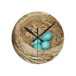 Jerarquía del huevo del pájaro del petirrojo reloj redondo mediano